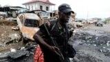 Камерунский спецназовец патрулирует улицы в англоязычном городе