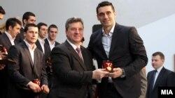 Претседателот Ѓорге Иванов и капитенот на ракометната репрезентација Кире Лазаров. Претседателот Иванов им додели на ракометарите медал за заслуги за Македонија за освоеното петто место на ЕП што се одржа во Србија.