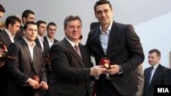 Претседателот Ѓорге Иванов и капитенот на ракометната репрезентација Кире Лазаров.