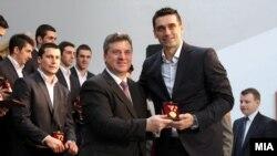 Претседателот Иванов им додели на ракометарите медал за заслуги за Македонија за освоеното петто место на ЕП што се одржа во Србија.