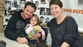 Brazilianul Cassio Topolar cu soția sa Lara și fiica, Melina în studioul Europei Libere la Chișinău