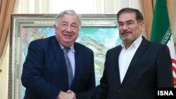 علی شمخانی (راست) در دیدار روز دوشنبه با رییس مجلس سنای فرانسه.