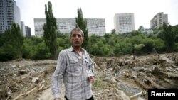 Житель Тбилиси на месте снесенного наводнением дома