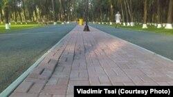 Советтер Союзунун Баатыры Чолпонбай Түлөбердиевдин ысымы ыйгарылган парктын бузулган тротуары. Сүрөт Владимир Цайга таандык.