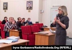 Елена Стяжкина читает лекцию по истории