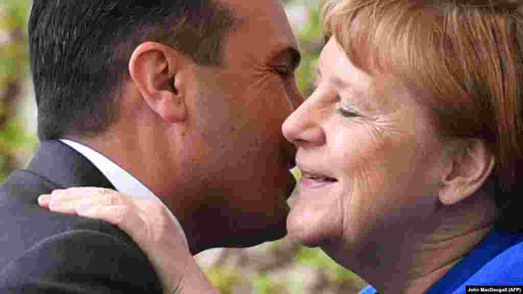 МАКЕДОНИЈА / ГЕРМАНИЈА - Германската амбасадорка во Скопје, Анке Холштајн изјави денеска дека за нејзината земја е незамисливо да се даде зелено светло за преговори со ЕУ само за Албанија, а не и за Северна Македонија. Претходно, еврокомесарот за проширување на ЕУ, Оливер Вархеји, рече дека ако нема решение меѓу Скопје и Софија, Тирана може засебно да добие зелено светло за старт на преговори.