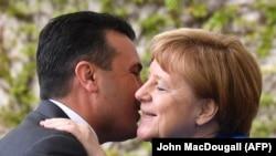 Kryeministri Zoran Zaev përshëndetet me kancelaren gjermane, Angela Merkel. Berlin, 29 prill, 2019.