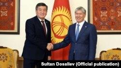 Сооронбай Жээнбеков и Алмазбек Атамбаев. Архивное фото.