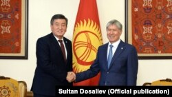 Избранный президент Кыргызстана Сооронбай Жээнбеков (слева) на встрече с Алмазбеком Атамбаевым. Бишкек, 3 ноября 2017 года.
