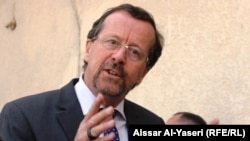 الممثل الخاص لأمين عام الامم المتحدة في العراق مارتن كوبلر يتحدث للصحفيين في النجف