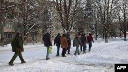 Українські полонені під конвоєм у Донецьку, грудень 2014 року