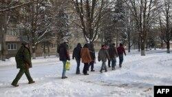 Ուկրաինա - Զինված անջատականը ուղեկցում է գերիներին, Իլովայսկ, 4-ը դեկտեմբերի, 2014թ․