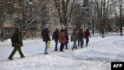 Украинские пленные под конвоем в Донецке, декабрь 2014 года