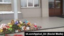 Цветы у здания администрации в Колывани после гибели детей. Архивное фото