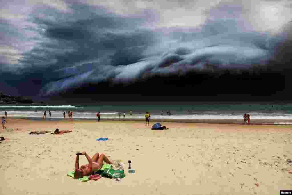 """Первая премия в номинации """"Природа"""" (Рохан Келли/Rohan Kelly). На пляж Бонди вблизи Сиднея в Австралии надвигается шторм, 6 ноября 2015"""