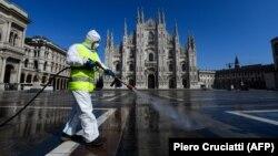 Италияның Милан қаласында көше дезинфекциялап жүрген адам. 31 наурыз 2020 жыл.
