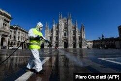 Працівник у захисному костюмі проводить дезінфекцію площі в Мілані, 31 березня 2020 року