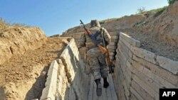 Таулы Қарабақта жүрген армян шекарашысы. 25 қазан 2012 жыл. (Көрнекі сурет)