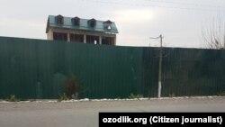 Недостроенные дома вдоль автомобильной дороги Андижан – Ханабад протяженностью 77 километров огораживаются железными заборами.