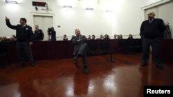 Поранешниот хрватски премиер и лидер на ХДЗ Иво Санадер пред судот во Загреб.