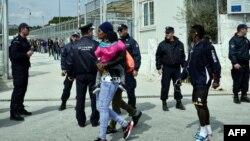 Архивска фотографија: Полиција и мигранти пред кампот за мигранти Мориа на Лезбос