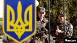 Окруженные вооруженными людьми украинские воинские части не складывают оружие