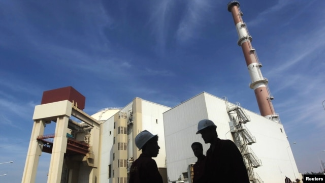 Workers stand in front of Iran's Bushehr nuclear power plant, which lies some 1,200 kilometers south of Tehran. (file photo)