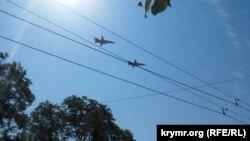 Российские военные самолеты пролетели во время военного парада над Керчью, 24 июня 2020 год