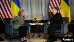 Президент України Петро Порошенко (праворуч) під час зустрічі з кандидатом на посаду президента США Гілларі Клінтон. Нью-Йорк, 19 вересня 2016 року