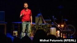 Predstava je u Sarajevu premijerno prikazana u Sarajevskom Ratnom Teatru (SARTR)