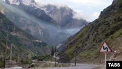 Осетинские общественники утверждают, что территория Казбегского района Грузии является родиной около 80 осетинских фамилий, там расположены 30 осетинских селений, там же находится очаг зарождения трех осетинских горных обществ