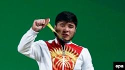 Кыргызский штангист Иззат Артыков.