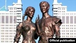 Скульптура композиции «Влюбленные»в «Парке молодежи»в Астане.