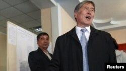 Алмазбек Атамбаев на своем избирательном участке