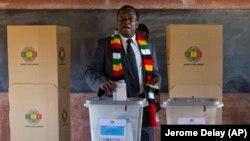 За даними виборчої комісії, колишній союзник багаторічного президента Зімбабве Роберта Мугабе Еммерон Мнангагва отримав 50,8% голосів виборців