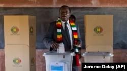 Действующий президент Зимбабве Эммерсон Мнангагва голосует на выборах.