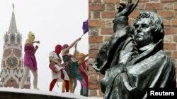 Фотоколлаж, на котором изображены группа Pussy Riot и статуя немецкого реформатора Мартина Лютера в Ганновере.