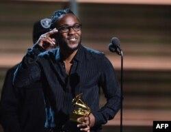 Kendrick Lamar mükafatı qəbul edir.