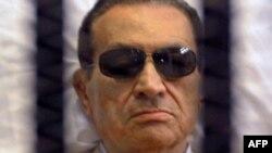 Египеттің бұрынғы президенті Хосни Мүбәрәк сот залында. Каир, 2 маусым 2012 жыл.