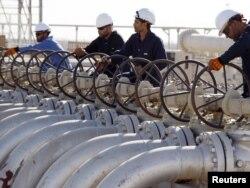 Рабочие открывают клапаны на нефтепроводе на месторождении Западная Курна в Ираке.