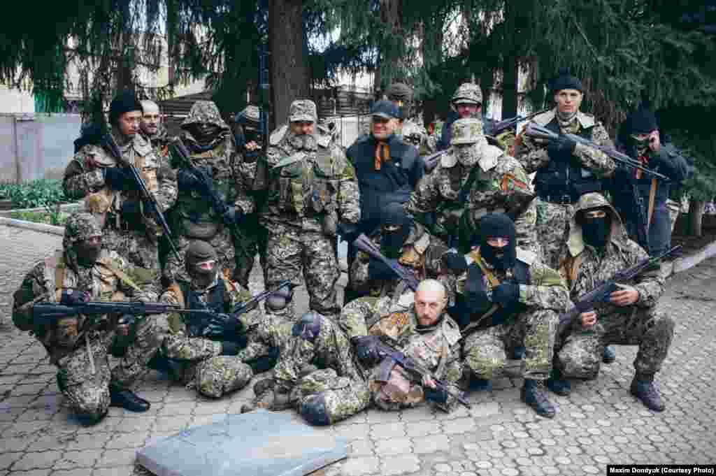 Донбасс. Сепаратисты позируют во дворе захваченного ими здания Службы безопасности Украины в Славянске. 12 апреля 2014 года.