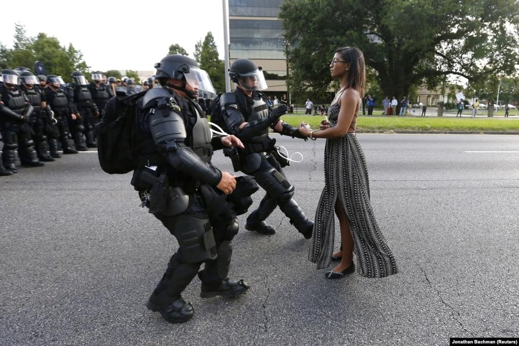 Protestuesja Ieshia Evans përballet me Policinë gjatë protestave afër selisë qendrore të Policisë në Baton Rouge, Louisiana.