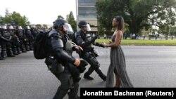 Protestatara Ieshia Evans e arestată de poliție în Baton Rouge, Louisiana, 9 iulie, 2016. Foto: Jonathan Bachman (World Press Photo Awards 2017)