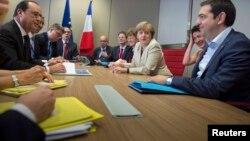 Грециянын премьер-министри А. Ципрас Герман канцлери А. Меркел жана Франциянын президенти Ф. Олланд менен сүйлөшүү учурунда. Бельгия. 26-июнь, 2015-ж.