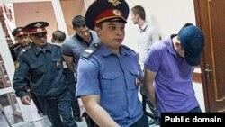 """Подсудимых бывших полицейских отдела """"Дальний"""" ведут в зал суда"""