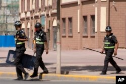 Қытайдың Шыңжаң аймағында жүрген полицейлер. 31 тамыз 2018 жыл.