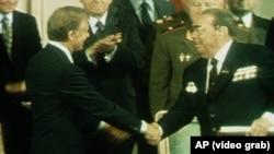 Джимми Картер (слева) и Леонид Брежнев обмниваются рукопожатием (1970-е годы).