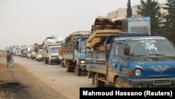 Возила на луѓе кои ги напуштаат населените места во северен Идлиб.
