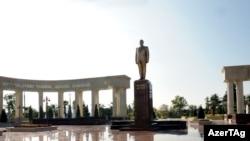 Монумент Гейдару Алиеву в городе Агсу Азербайджана, 2009