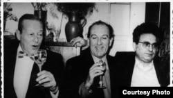 Alături de prietenii săi scriitori Radu Cosașu și Radu Albala